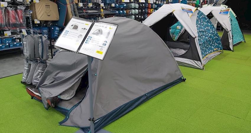 展示帳篷就是我家,累了躺下就睡?午休時間,搭好的帳篷露出一雙腳,竟還傳出打呼聲!