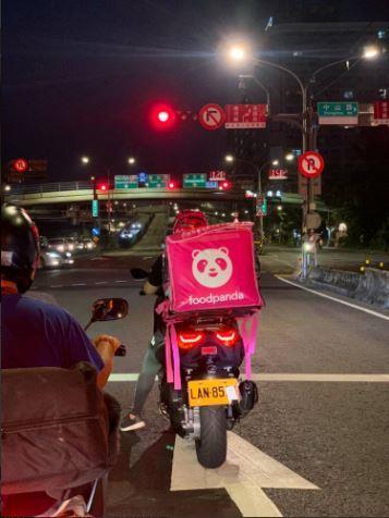 [新聞] 自認好心提醒熊貓外送員遮車牌違規,雙